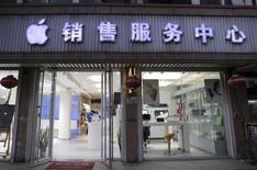 Магазин, торгующий продуктами Apple, в китайском городе Тяньцзинь. 29 октября 2015 года. Сервисы Apple Inc по чтению книг и просмотру фильмов в интернете подверглись временной блокировке в Китае после принятия Пекином в марте нового закона, предусматривающего жёсткие ограничения онлайн-публикаций, особенно в отношении иностранных фирм. REUTERS/Paul Carsten