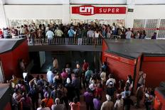 People queue to try to buy basic food items outside a supermarket in Caracas, April 22, 2016. REUTERS/Carlos Garcia Rawlins