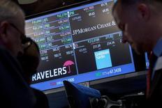 Operadores en el puesto de transacciones de Goldman Sachs en la bolsa de Wal Street en Nueva York, jul 16, 2015. La reciente corriente alcista de los precios de las materias primas no tiene sustento en los fundamentos físicos de los mercados, dijo Goldman Sachs, que agregó que podría haber riesgos de una baja para el petróleo en el corto plazo.    REUTERS/Brendan McDermid