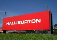 Halliburton annonce avoir supprimé plus de 6.000 emplois durant le premier trimestre en raison du marasme prolongé des prix pétroliers. /Photo d'archives/REUTERS/Richard Carson