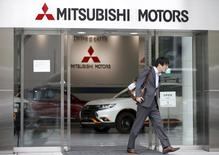 Mitsubishi Motors n'accompagnera sans doute pas la publication de ses résultats annuels la semaine prochaine de prévisions pour l'exercice en cours, en raison de l'impact financier inconnu de la falsification de tests, selon une source proche du constructeur automobile. /Photo prise le 21 avril 2016/REUTERS/Toru Hanai