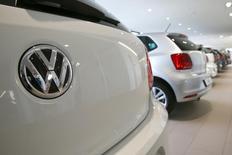 Volkswagen a bon espoir que la tendance positive de ses ventes se maintienne en Chine où il compte investir quatre milliards d'euros dans ses coentreprises cette année. Les ventes du constructeur allemand en Chine ont baissé de 3,4% en 2015, à 3,5 millions d'unités, le scandale des tests d'émissions polluantes lui coûtant sa première place au profit de General Motors. /Photo prise le 12 février 2016/REUTERS/Arnd Wiegmann