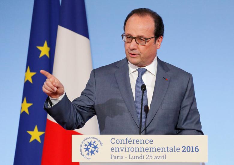 François Hollande a promis lundi de continuer d'agir sans relâche pour l'environnement, tant en France qu'au niveau international, et a confirmé ses engagements de baisse de 75% à 50% de la part du nucléaire dans la production d'électricité en 2025. /Photo prise le 25 avril 2016/REUTERS/Jacky Naegelen