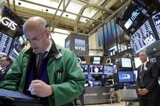 Трейдеры на торгах Нью-Йоркской фондовой биржи 15 апреля 2016 года. Фондовый рынок США открыл торги понедельника снижением основных индексов, поскольку корпоративные результаты все еще разочаровывают, а инвесторы сохраняют осторожность накануне заседания Федрезерва на этой неделе. REUTERS/Brendan McDermid