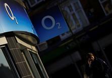 La Commission européenne va refuser d'autoriser le rachat de l'opérateur mobile 02, filiale de l'espagnol Telefonica par le groupe de Hong Kong Hutchison Holdings pour 10,3 milliards de livres (13,2 milliards d'euros), selon deux sources proches du dossier. /Photo d'archives/REUTERS/Darren Staples
