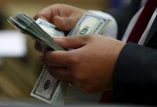 La rémunération totale des patrons des grandes entreprises américaines au titre de 2015 s'annonce en hausse malgré la volatilité des marchés l'an dernier et le recul des chiffres d'affaires de beaucoup d'entre elles, surtout dans le secteur de l'énergie, selon une étude publiée lundi. /Photo prise le 10 mars 2016/REUTERS/Amr Abdallah Dalsh