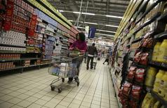 A shopper pushes a cart at a branch of South African retailer Pick n Pay at a mall in Soweto, southwest of Johannesburg August 4, 2014. REUTERS/Siphiwe Sibeko