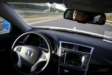 En la imagen, Li Zengwen, desarrollador del vechículo autónomo Changan Automobile, reflejado en el espejo mientras se transporta en un coche automático en Pekín, China el 16 de abril de 2016. La unidad de Alphabet Inc Google, Ford Motor Co, Volvo Cars y dos compañías de transporte compartido dijeron el martes que están formando una coalición para instar a las autoridades de Estados Unidos a regular los autos de conducción autónoma. REUTERS/Kim Kyung-Hoon