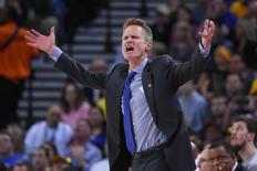 Nov 11, 2014; Oakland, CA, USA; Golden State Warriors head coach Steve Kerr argues with an official during the second quarter against the San Antonio Spurs at Oracle Arena.Credit : Kyle Terada-USA TODAY Sports - RTR4DT3M