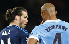 Bale conversa com Kompany em Real x Manchester City.  26/4/16. Reuters / Darren Staples