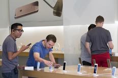 A l'Apple Store de Los Angeles. Apple a annoncé mardi la première baisse des ventes de l'iPhone depuis le lancement de la première version de son produit phare et le premier recul de son chiffre d'affaires depuis plus de dix ans, des contre-performances qui illustrent ses difficultés face à la saturation croissante du marché des smartphones.  /Photo d'archives/REUTERS/Jonathan Alcorn