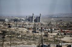 Станки-качалки на месторождении Midway Sunset в Калифорнии 29 апреля 2013 года. Запасы нефти в США снизились на прошлой неделе, показали данные Американского института нефти (API) во вторник. REUTERS/Lucy Nicholson