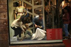 Las ventas minoristas registraron un crecimiento interanual del 4,4 por ciento en el mes de marzo y continúan la tendencia al alza encadenando 20 meses de subidas en un momento de mejoría del consumo y paulatina reducción del paro en la economía española, según los datos ofrecidos por el Instituto Nacional de Estadística (INE) el miércoles. En la imagen, trabajadores de una tienda de ropa mueven un maniquí en Málaga, el 1 de abril de 2016. REUTERS/Jon Nazca