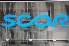 Scor a fait état mercredi d'une hausse de 5,1% de ses revenus sur le premier trimestre de l'année grâce à ses activités dans la réassurance vie. /Photo d'archives/REUTERS/Charles Platiau