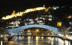 Вид на центр Тбилиси 19 марта 2016 года. Нацбанк Грузии ждет роста экономики страны на 3 процента в 2016 году и планирует и дальше сокращать ставку рефинансирования, в среду пониженную до 7,5 процента с 8 процентов, говорится в пресс-релизе регулятора. REUTERS/David Mdzinarishvili