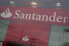 En la foto, una filial de Santander en Nueva York, Estados Unidos. 4 de abril de 2016. Banco Santander, el mayor prestamista de la zona euro, divulgó el miércoles una mejoría en su ratio de capital, que se combinó con una ganancia mayor a la esperada para impulsar sus acciones. REUTERS/Shannon Stapleton