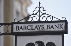 Un cartel de Barclays afuera de una de sus sucursales bancarias en Londres, Gran Bretaña. 27 de abril de 2016. Barclays reportó el miércoles un desplome peor que lo esperado de un 33 por ciento en sus ganancias antes de impuestos en los tres primeros meses del año, luego de que el prestamista británico sufrió una caída en los ingresos de su banca de inversión. REUTERS/Toby Melville