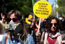 Турки протестуют против строительства АЭС в стране. Турецкая компания Cengiz Construction ведет переговоры о покупке до 49 процентов в $20-миллиардном проекте атомной электростанции Аккую, которую строит российская атомная монополия Росатом, сообщил Рейтер источник, знакомый с ситуацией.  REUTERS/Yagiz Karahan