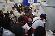 Personas buscando empleo llenan formularios en una feria de trabajos en Monterrey, México. 24 de febrero de 2009. La tasa de desempleo desestacionalizada de México se redujo levemente en marzo, dijo el miércoles el instituto nacional de estadísticas, INEGI. REUTERS/Tomas Bravo