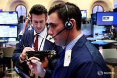 Трейдеры на торгах Нью-Йоркской фондовой биржи 12 апреля 2016 года. Американский фондовый рынок закрылся небольшим ростом в среду, поскольку ФРС не дала сильных сигналов о возможном повышении ставки в июне, хотя падение акций Apple оказало давление на индекс Nasdaq. REUTERS/Lucas Jackson