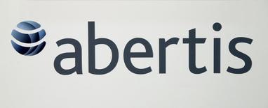 El grupo concesional Abertis triplicó su beneficio neto a marzo hasta 385 millones de euros al elevar sus participaciones en Autopista Central (Chile) y en la empresa de Túnels de Barcelona y Cadí. En la imagen de archivo, el logo de Abertis en una conferencia de prensa antes de su junta de accionistas en Barcelona, el 12 de abril de 2016. REUTERS/Albert Gea
