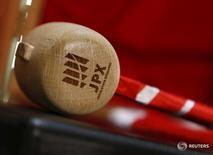 Логотип Japan Exchange Group Inc. на молотке в помещении Токийской фондовой биржи 4 января 2016 года. Японские акции растеряли набранное ранее в сессию преимущество, развернувшись на 180 градусов и практически обнулив результат четырёхдневного ралли прошлой недели за одни торги, после того как Банк Японии разочаровал инвесторов, решив не спешить с расширением мер монетарного стимулирования. REUTERS/Yuya Shino
