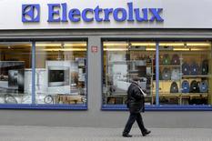 Мужчина проходит мимо магазина Electrolux в Риге 12 ноября 2013 года. Шведская компания Electrolux отчиталась о превысившем ожидания росте операционной прибыли в первом квартале финансового года в четверг за счёт улучшения показателей в Северной Америке и повысила прогноз рынка бытовой техники в США на 2016 год. REUTERS/Ints Kalnins/File Photo