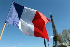 Французский флаг на фоне Эйфелевой башни в Париже 18 апреля 2016 года. Нижняя палата французского парламента в четверг проголосовала за резолюцию с призывом отменить санкции Евросоюза в отношении России, несмотря на то, что правительство страны рекомендовало этого не делать. REUTERS/Charles Platiau
