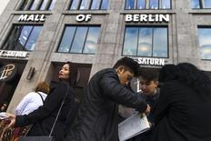 L'inflation en rythme annuel en Allemagne a baissé de 0,1% après une hausse équivalente en mars, un recul qui suggère que les pressions sur les prix restent faibles en dépit de l'assouplissement de la politique monétaire de la Banque centrale européenne. /Photo d'archives/REUTERS/Thomas Peter