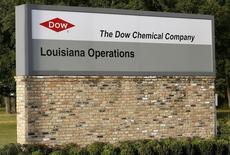 Вывеска у въезда на завод Dow Chemical Co в Луизиане 12 декабря 2015 года. Компания Dow Chemical отчиталась о превысившей ожидания квартальной скорректированной прибыли, поскольку сокращение расходов привело к росту маржи до максимума более чем 10 лет. REUTERS/Jonathan Bachman