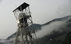 El Gobierno español en funciones dijo el viernes que ha alcanzado un acuerdo preliminar con la Comisión Europea para poder otorgar ayudas adicionales al sector español del carbón hasta 2018. En la imagen, la entrada de la mina Pozo Santiago en Caborana, el 28 de junio de 2012. REUTERS/Eloy Alonso