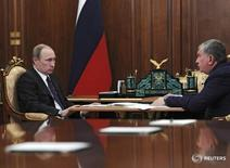 Президент РФ Владимир Путин (слева) и глава Роснефти Игорь Сечин в Кремле 28 марта 2016 года. Госконтора Роснефтегаз, живущая в основном за счет дивидендных отчислений от Роснефти и Газпрома, не хочет отдавать в госказну дополнительные дивиденды, на чем настаивали власти. REUTERS/Mikhail Klimentyev/Sputnik/Kremlin