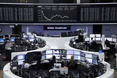 Operadores trabajando en la Bolsa de Fráncfort, Alemania. 25 de abril de 2016. Las bolsas europeas subían levemente en la apertura, luego de que un fuerte declive en la sesión previa llevó a algunos inversores a buscar ofertas. REUTERS/Staff/Remote