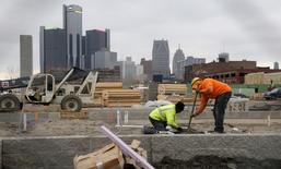 Constructores trabajando en un nuevo complejo de viviendas, en Detroit, Michigan. 9 de diciembre de 2015. El gasto en construcción en Estados Unidos subió en marzo a un máximo en ocho años y medio y los desembolsos del mes previo fueron revisados al alza, lo que apuntaba a una fortaleza sostenida en el sector, pese a la fuerte reducción del gasto entre firmas energéticas. REUTERS/Rebecca Cook