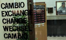 Una casa de cambios en Sao Paulo, sep 24, 2015. El Ministerio de Hacienda de Brasil elevó el lunes un impuesto sobre la compra de divisas extranjeras en efectivo, en su más reciente esfuerzo por reducir déficits presupuestarios.  REUTERS/Nacho Doce