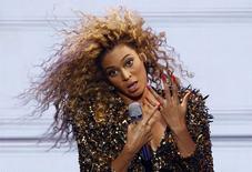 Beyoncé durante show no Festival de Glastonbury em Somerset. 26/6/2011. REUTERS/Cathal McNaughton