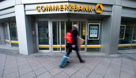 Commerzbank fait état d'un bénéfice net en recul de 52% au premier trimestre par rapport aux trois premiers mois de 2015, affecté par la volatilité des marchés financiers en début d'année et par un environnement de taux d'intérêt bas. Le résultat de 163 millions d'euros est à peu près conforme aux attentes des analystes, qui prévoyaient en moyenne un bénéfice net de 166 millions. /Photo prise le 12 février 2016/REUTERS/Ralph Orlowski