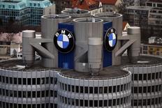 BMW affiche un résultat d'exploitation au premier trimestre inférieur aux attentes, des effets de change négatifs et une pause dans son cycle de production ayant annulé des ventes record pour ses modèles haut de gamme. Le constructeur automobile allemand a réalisé un bénéfice avant intérêts et impôts (Ebit) en baisse de 2,5% à 2,46 milliards d'euros contre un consensus de 2,48 milliards. /Photo prise le 26 janvier 2016/REUTERS/Michael Dalder