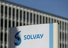 Solvay (+3,45%), qui a annoncé des résultats meilleurs que prévu au premier trimestre à la faveur de réductions de coûts, gagne 3,45% vers 12h50, quand le CAC recule de 1,58% à 4.372,56 points. /Photo d'archives/REUTERS/François Lenoir