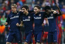 Jogadores do Atlético de Madri comemoram classificação.  3/5/16.  Reuters/Ralph Orlowski