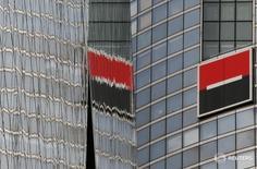 Логотип французского банка Societe Generale в Курбевуа под Парижем 21 апреля 2016 года. Банк Societe Generale пообещал ещё существеннее сократить расходы в 2016 году, стремясь убедить инвесторов, что его диверсифицированные подразделения выдержат слабое начало года для инвестиционно-банковского подразделения. REUTERS/Gonzalo Fuentes