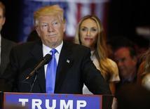 Дональд Трамп выступает перед избирателями.  Фаворит республиканской гонки Дональд Трамп во вторник стал потенциальным кандидатом на участие президентских выборах, одержав решающую победу на первичных выборах в Индиане, а партия начала объединяться вокруг него после того, как основной соперник миллиардера Тед Круз выбыл из борьбы. REUTERS/Lucas Jackson