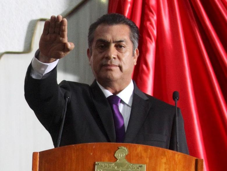 Jaime Rodriguez takes the oath during his swearing-in ceremony as the governor of the Nuevo Leon state in Monterrey, Mexico October 3, 2015. REUTERS/Stringer