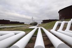 Las acciones subían el jueves en la apertura en la bolsa de Nueva York, en plena subida de los precios del petróleo por primera vez esta semana.  En la imagen de archivo, varias tuberías almacenan petróleo en una granja en Cushing, Oklahoma, el 24 de marzo de 2016. REUTERS/Nick Oxford