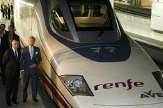 El fabricante español de trenes Talgo dijo el viernes que su beneficio neto más que se duplicó en el primer trimestre del año hasta los 18,2 millones de euros gracias a un fuerte incremento de su cifra de negocio.  Imagen de archivo de un tren de alta velocidad fabricado por Talgo en la que aparece el rey Gustavo de Suecia (dcha) y el ex ministro de Fomento español José Blanco, el 22 de septiembre de 2009. REUTERS/Marti Fradera