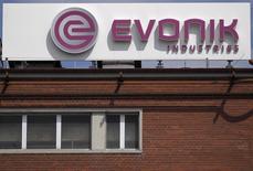 Le groupe allemand Evonik Industries a conclu le rachat des activités de chimie de spécialités et de revêtements du producteur américain de gaz industriels Air Products and Chemicals pour 3,8 milliards de dollars (3,3 milliards d'euros). /Photo d'archives/REUTERS/Alex Domanski