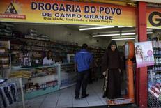 Una farmacia en Río de Janeiro, Brasil, abr 16, 2013. La tasa de inflación de Brasil a 12 meses se desaceleró menos de lo previsto en abril debido a que el Gobierno permitió un alza de los precios de los medicamentos, lo que se sumó a señales de que el Banco Central podría esperar más antes de recortar las tasas de interés para contrarrestar una profunda recesión.  REUTERS/Ricardo Moraes