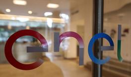 La compagnie d'électricité italienne Enel a présenté une offre informelle sur une participation majoritaire dans le spécialiste de la fibre optique Metroweb afin de lancer son projet de réseau internet de haut débit, selon une source proche du dossier. /Photo d'archives/REUTERS/Stefano Rellandini