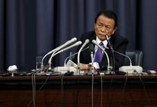 El ministro de Finanzas de Japón, Taro Aso, durante una conferencia de prensa en el ministerio en Tokio, Japón. 24 de diciembre de 2015. El ministro de Finanzas de Japón, Taro Aso, dijo el lunes que está dispuesto a intervenir en el mercado de divisas si los movimientos del yen son lo suficientemente volátiles como para perjudicar al comercio y la economía del país. REUTERS/Issei Kato