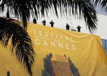 Funcionários colocando painel para a nova edição do Festival de Cannes, na França.   09/05/2016       REUTERS/Eric Gaillard